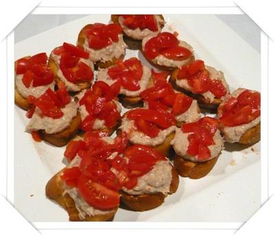 Crostini con tonno e pomodorini