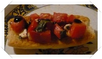Antipasti sfiziosi: Ecco come preparare dei crostini con pomodorini, feta e basilico