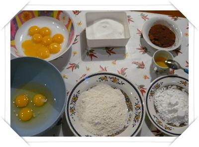 gli ingredienti principali per preparare il pan di spagna al cacao