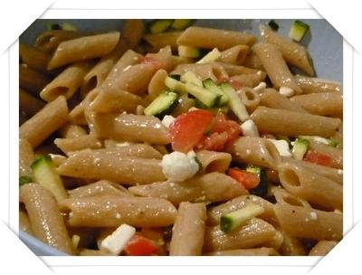 Pasta con pomodori zucchini e feta